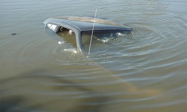 В Петербурге Mercedes-Benz упал в реку, женщина-водитель погибла