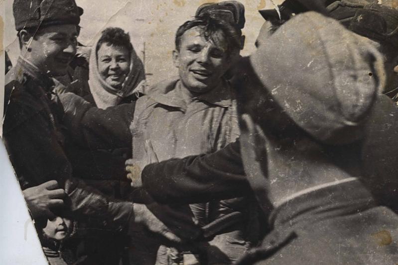 Юрий Гагарин в первые минуты после приземления