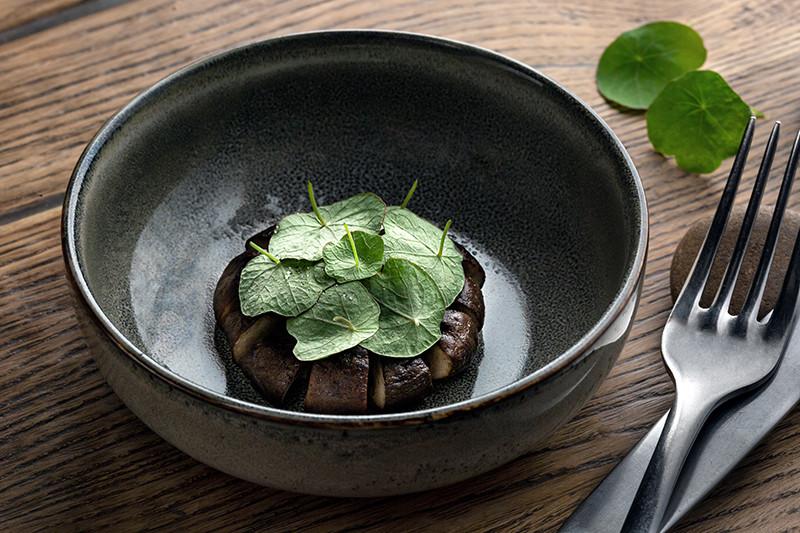 Древесный гриб, настурция и копченая соль