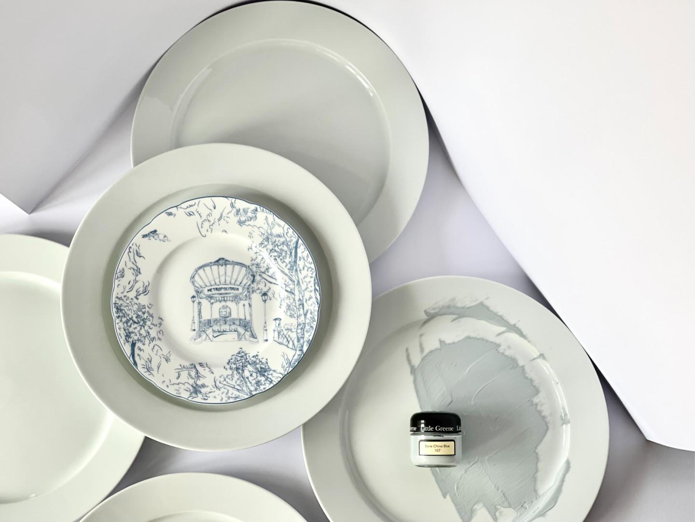 Тарелка Tout Paris, Bernardaud, ЦУМ, салоны Gallery Royal; матовая эмульсия Bon China Blue, Little Greene, салоны Manders