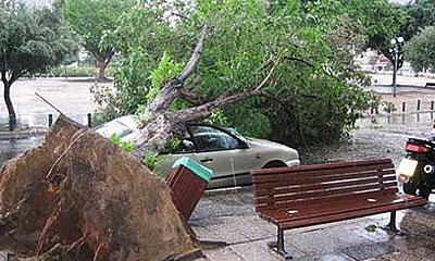 В Израиле бури крушат автомобили