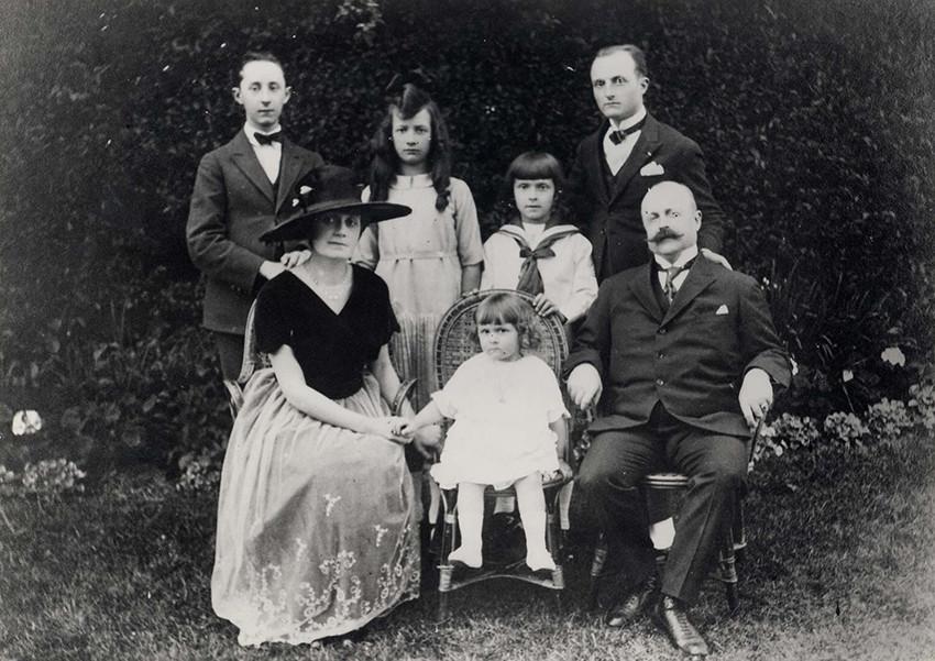 Кристиан Диор (крайний слева в верхнем ряду) с семьей