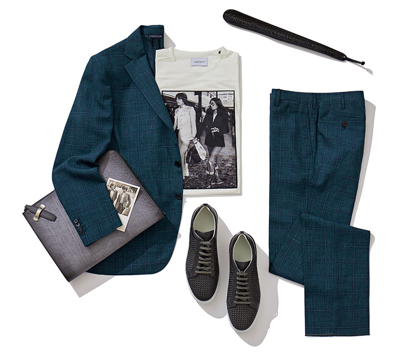 Пиджак, брюки и папка— все Atelier Portofino, футболка Limitato, кеды Blu Barrett, ложка для обуви Pasotti