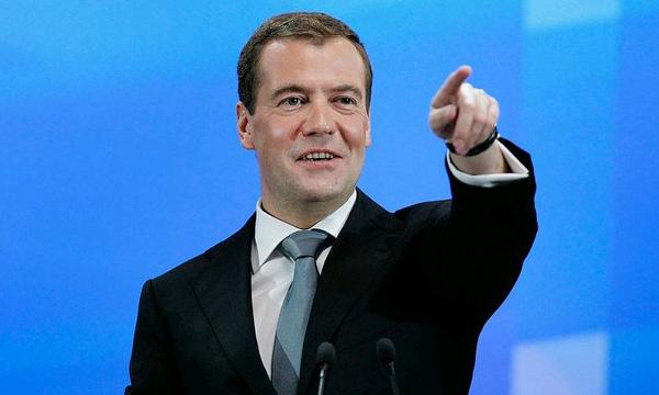 Д. Медведев уверен, что запрещать правый руль нельзя