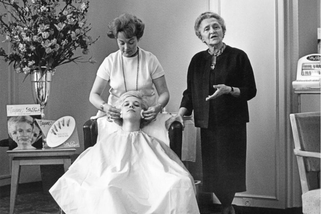 Надя Пайо обучает фирменному массажу Payot, 1950-е годы
