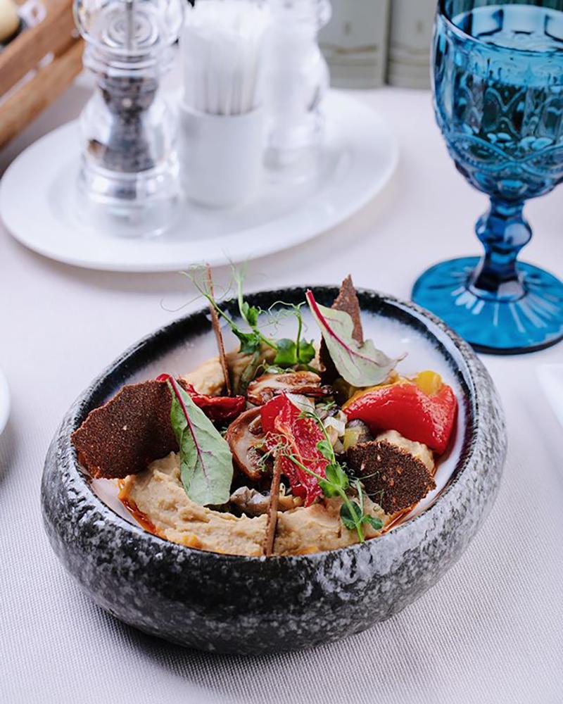 Хумус с белыми грибами и печеным болгарским перцем