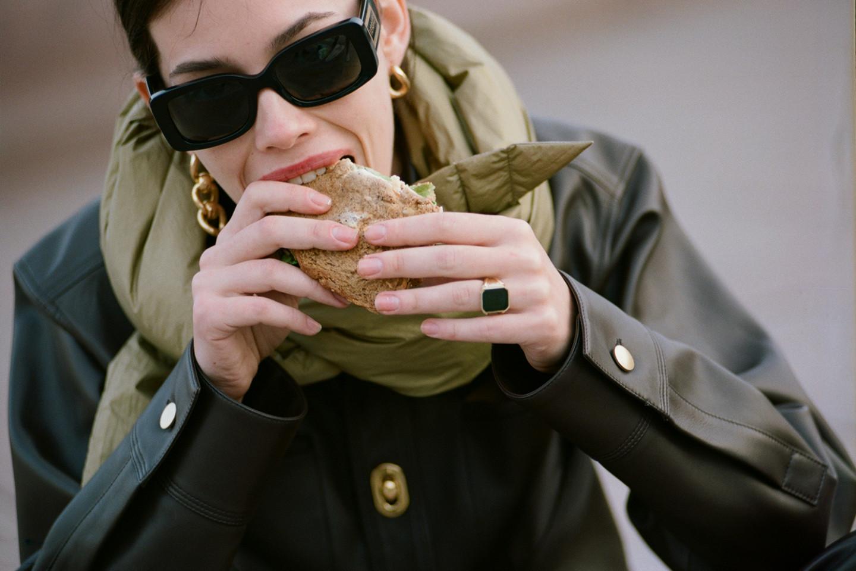 Рубашка, брюки, кольцо, серьги — все Bottega Veneta; шарф Isabel Marant; cолнцезащитные очки Versace