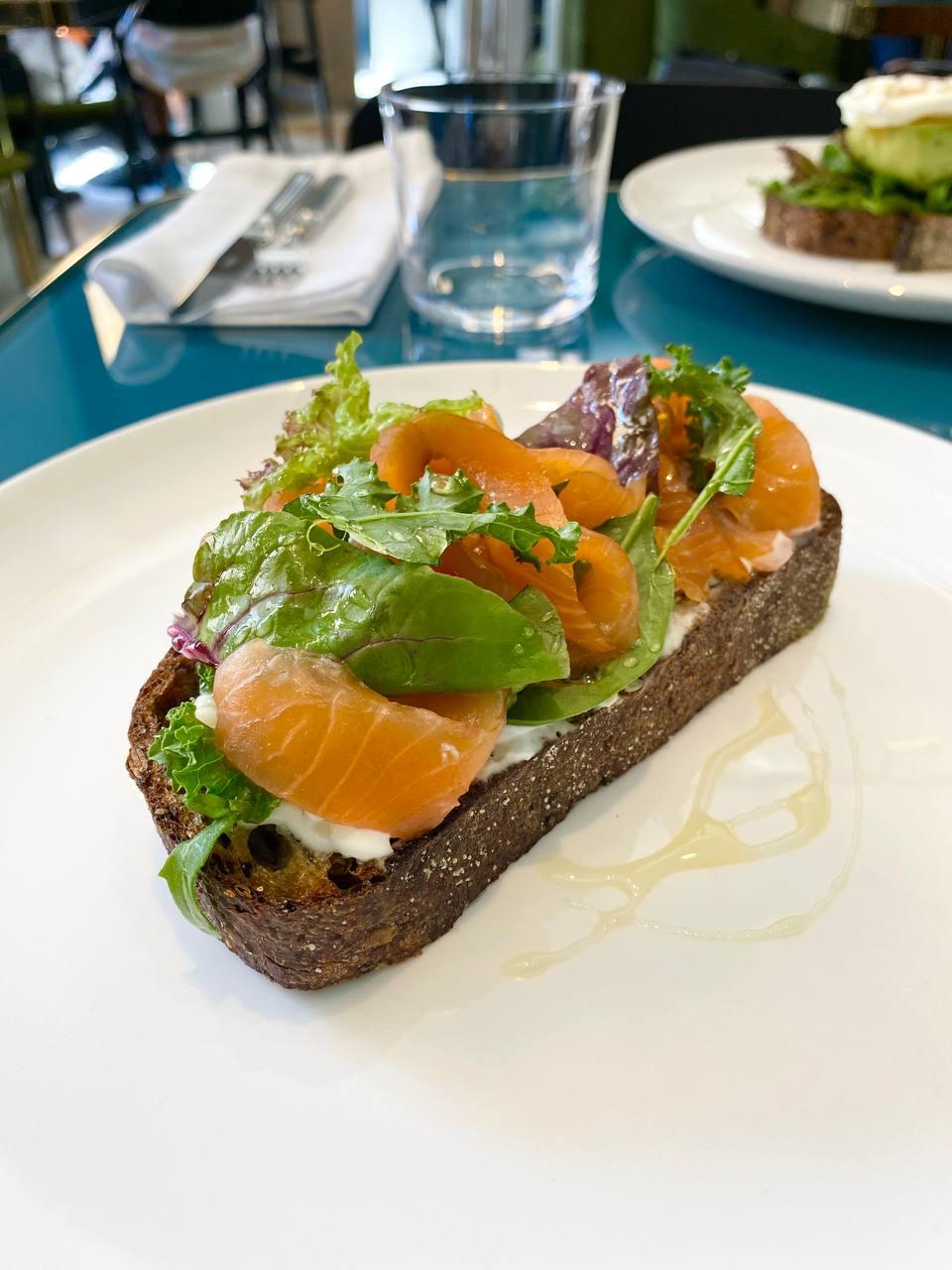 Мультизерновой тост с лососем
