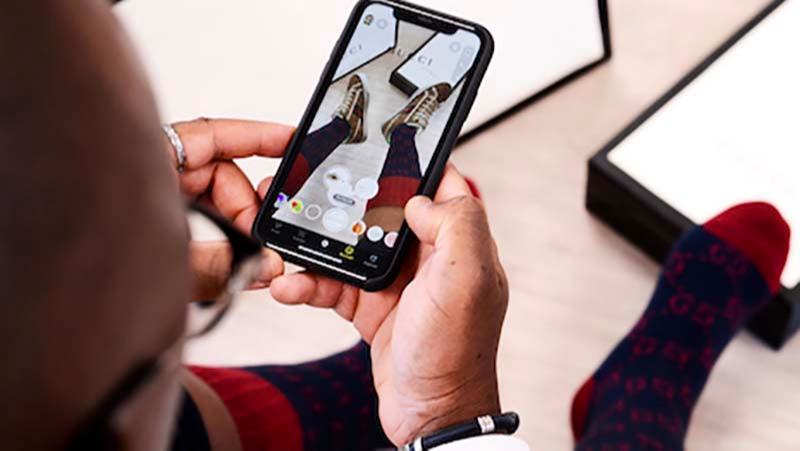 Процесс виртуальной примерки обуви Gucci