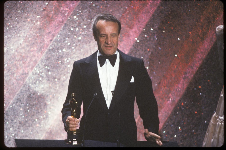 Атташе по культуре советского посольства получает статуэтку «Оскар», присужденную фильму «Москва слезам не верит», 31 марта 1981 года на 53-й церемонии Американской киноакадемии в Лос-Анджелесе