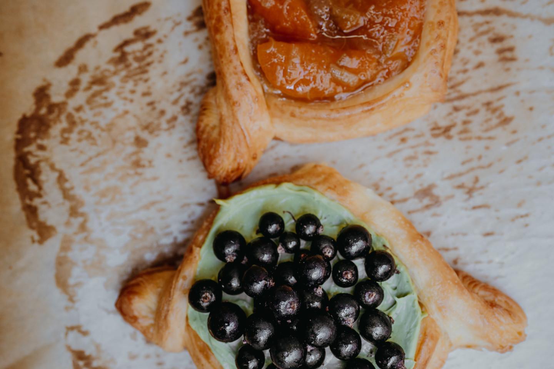 Даниши с абрикосом и ревенем, с ганашем, матча и ягодами