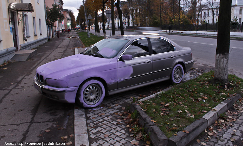 Маляры перекрасили мешавший им BMW в розовый цвет