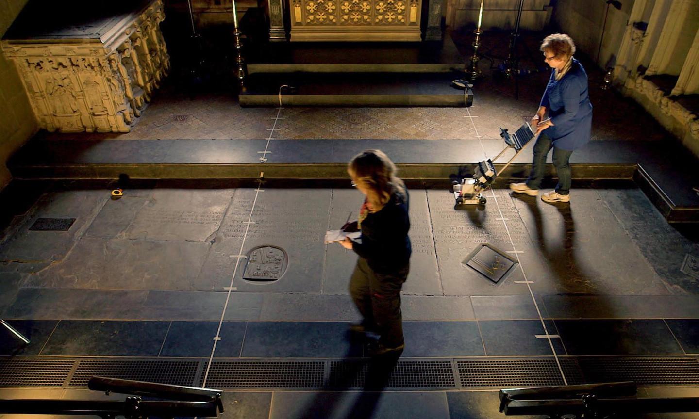 Исследование могилы Шекспира в церкви Святой Троицы в Стратфорде-на-Эйвоне