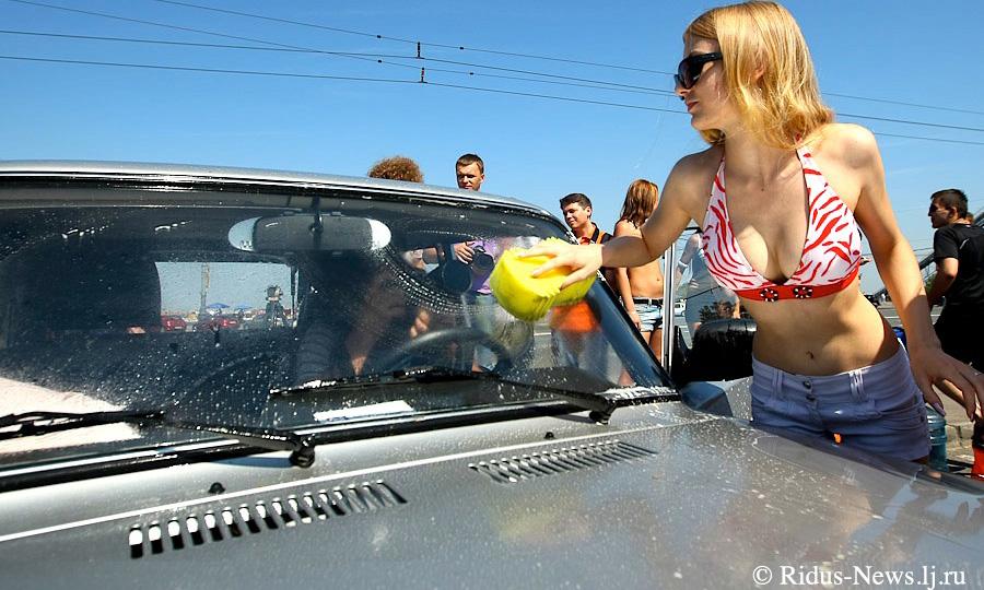 Фанатки Путина помыли «Жигули» в бикини