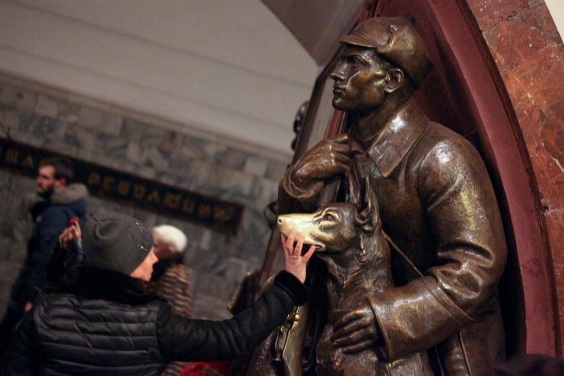 Скульптура на станции метро «Площадь Революции»