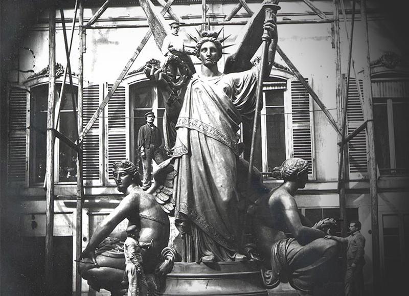 Статуи на крыше оперы Palais Garnier в Париже