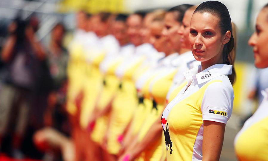 Жара в Венгрии: гонкам добавили зрелищности модели. ФОТО