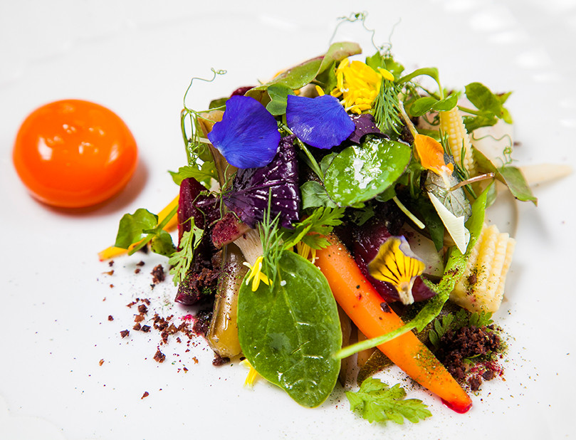Яичный желток и сезонные маринованные овощи с апельсиновым кремом