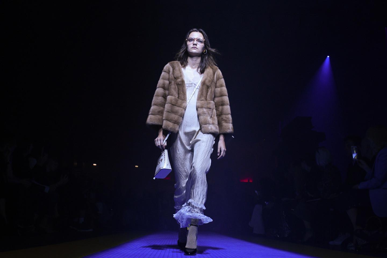 Модель с показа Gucci на Миланской неделе моды. Коллекция весна/лето 2018 с искусственным мехом