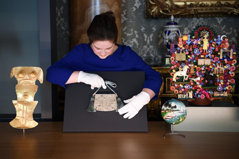 Сумка, преподнесенная Елизавете IIпрезидентом КолумбииХуаном МануэлемСантосом
