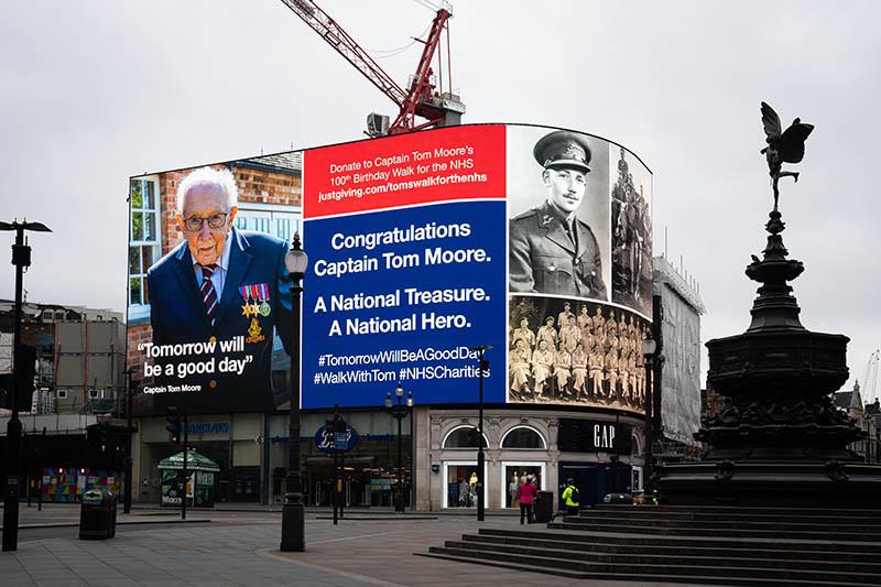 Поздравительный баннер в честь Тома Мура на площадиПикадилли, Лондон
