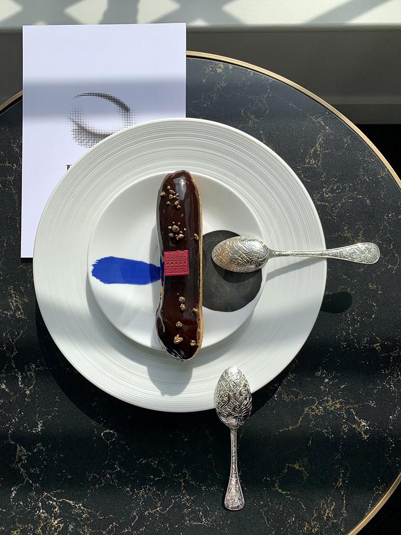 Шоколадный эклер, тарелка Joan Miro,Bernardaud,©Successió Miró / ADAGP, Paris 2019, кофейные ложки Jardin d`Eden, Christofle