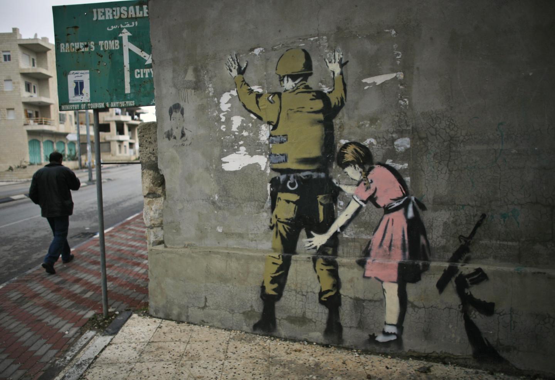 Граффити «Девочка, обыскивающая солдата»