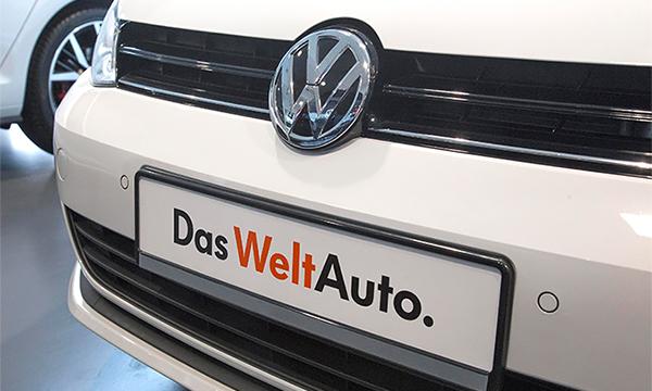 Активист в костюме механика прервал презентацию Volkswagen в Женеве