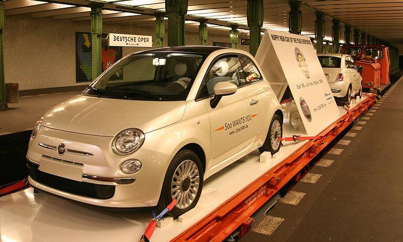Гомосексуальный FIAT 500 катается на метро в Берлине