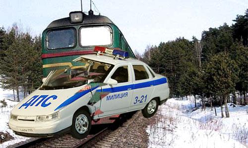 Милицейская десятка протаранила поезд