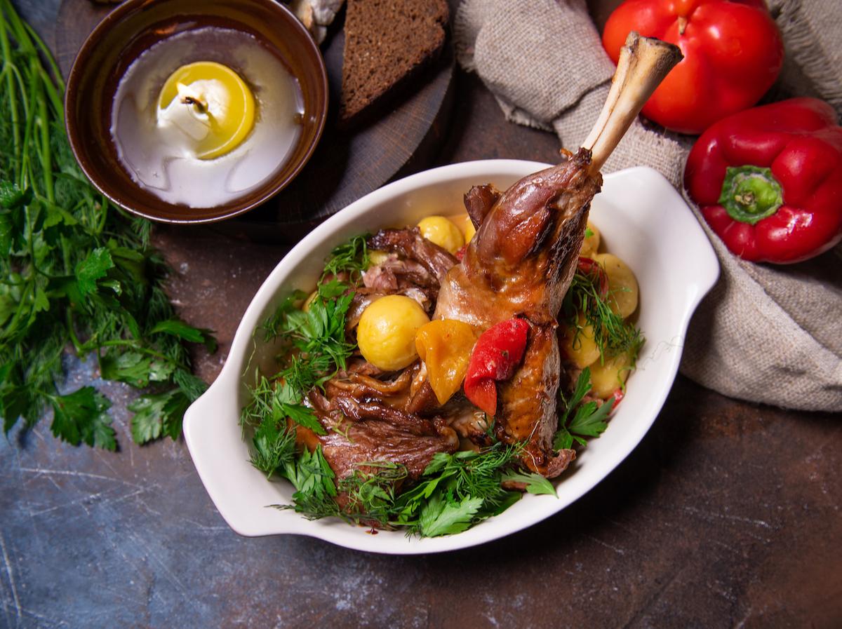 Голень козленка с картофелем и перцем