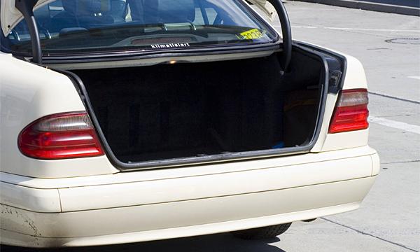 За стоянку с открытым багажником могут ввести штраф