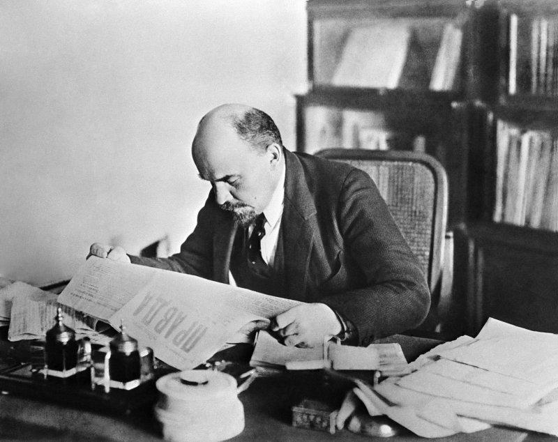 Владимир Ильич Ленин в своем кабинете в Кремле, 1918год