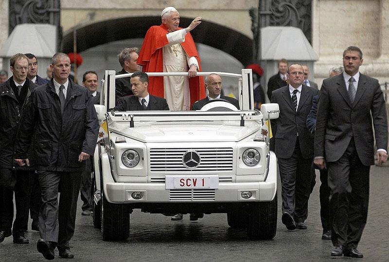 Mercedes-Benz подарил папе кабриолет