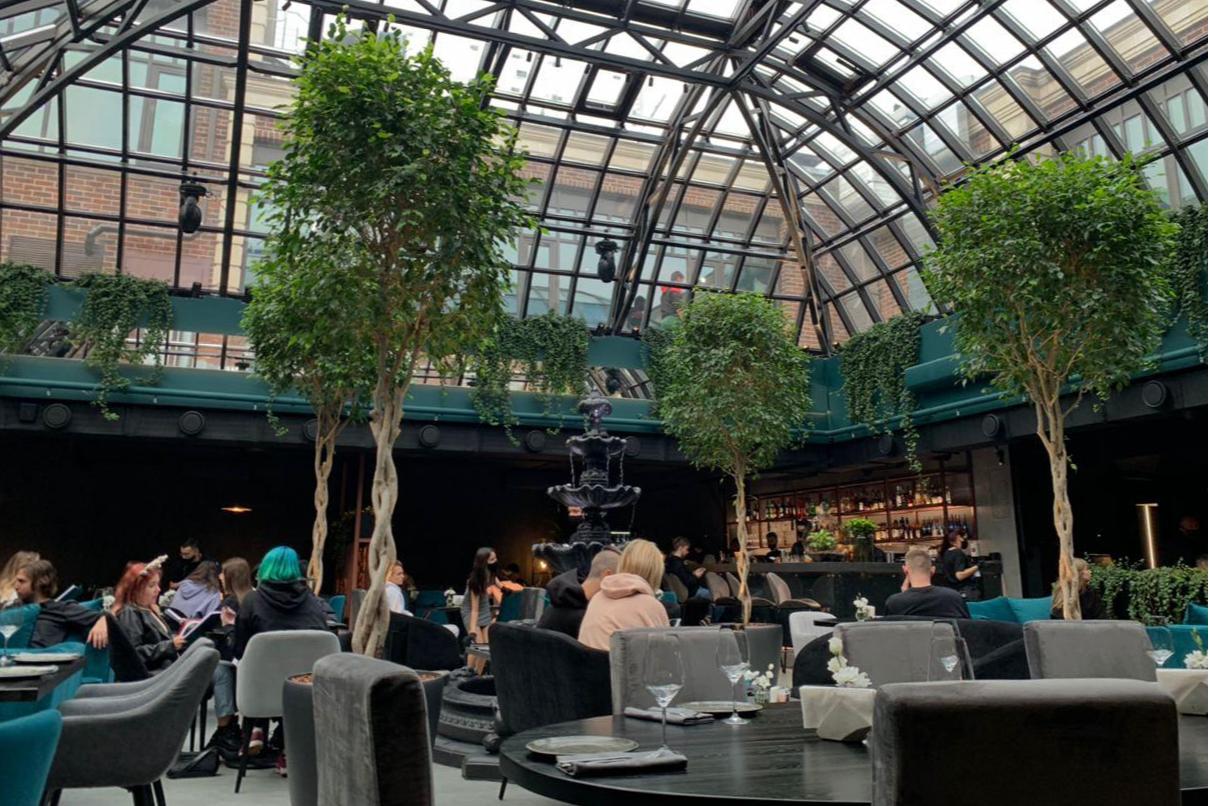 Стеклянная крыша в Kaif Provenance напоминает атриум ресторана White Rabbit