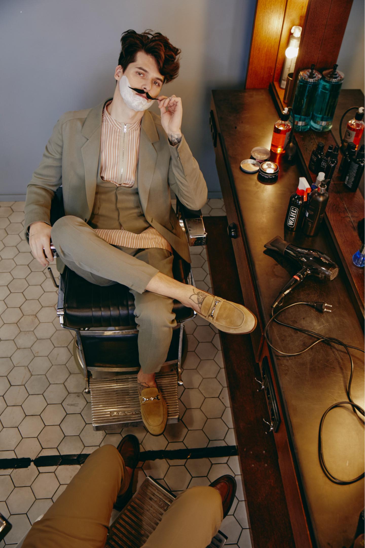На Артуре: пиджак, брюки, сорочка, жилет — все Ermenegildo Zegna (бутик Ermenegildo Zegna); ботинки Doucal's (No One) На Евгении: брюки Boggi Milano (ТРЦ «Афимолл Сити»); ботинки Geox (ТРЦ «Европейский»)