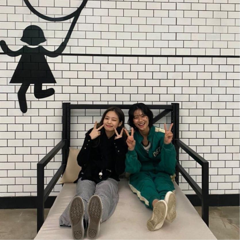 Дженни и Хон Ен Чо на съемках сериала «Игра в кальмара»