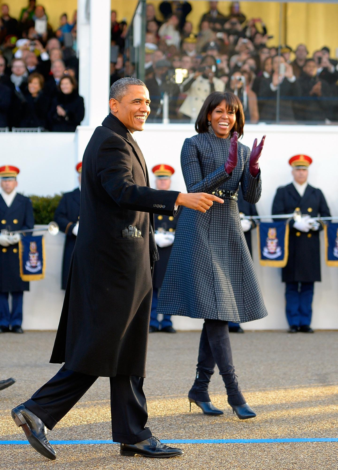 Барак Обама в пальто Brooks Brothers и Мишель Обама в пальто Thom Browne, сапогах Reed Krakoff и поясе J. Crew,инаугурационный парад, 2013 год