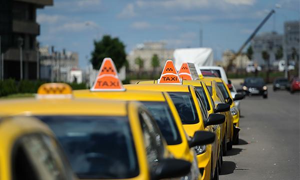 В Москве таксистов стали штрафовать за езду по выделенным полосам