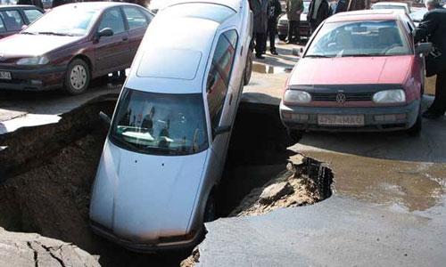 В Петербурге в провал грунта угодил легковой автомобиль