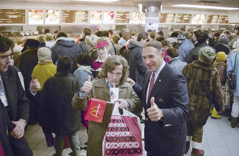 Один из первых покупателей с канадским представителем компании Джорджем Коэном,31 января 1990 года
