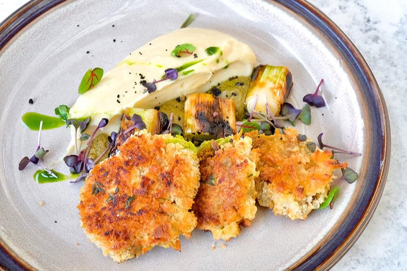 Шницель из грибов с картофельным пюре, луком-пореемконфи и кремом из жженого лука