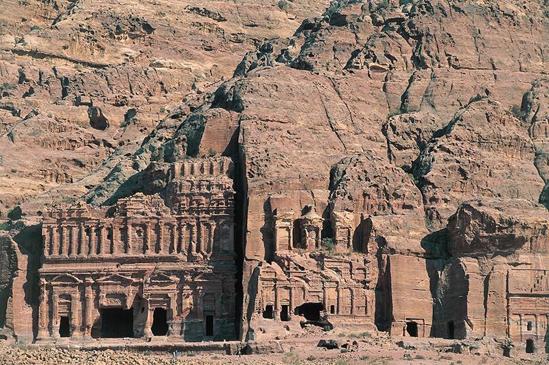 Искусно вырезанные прямо в скалах здания, храмы и усыпальницы