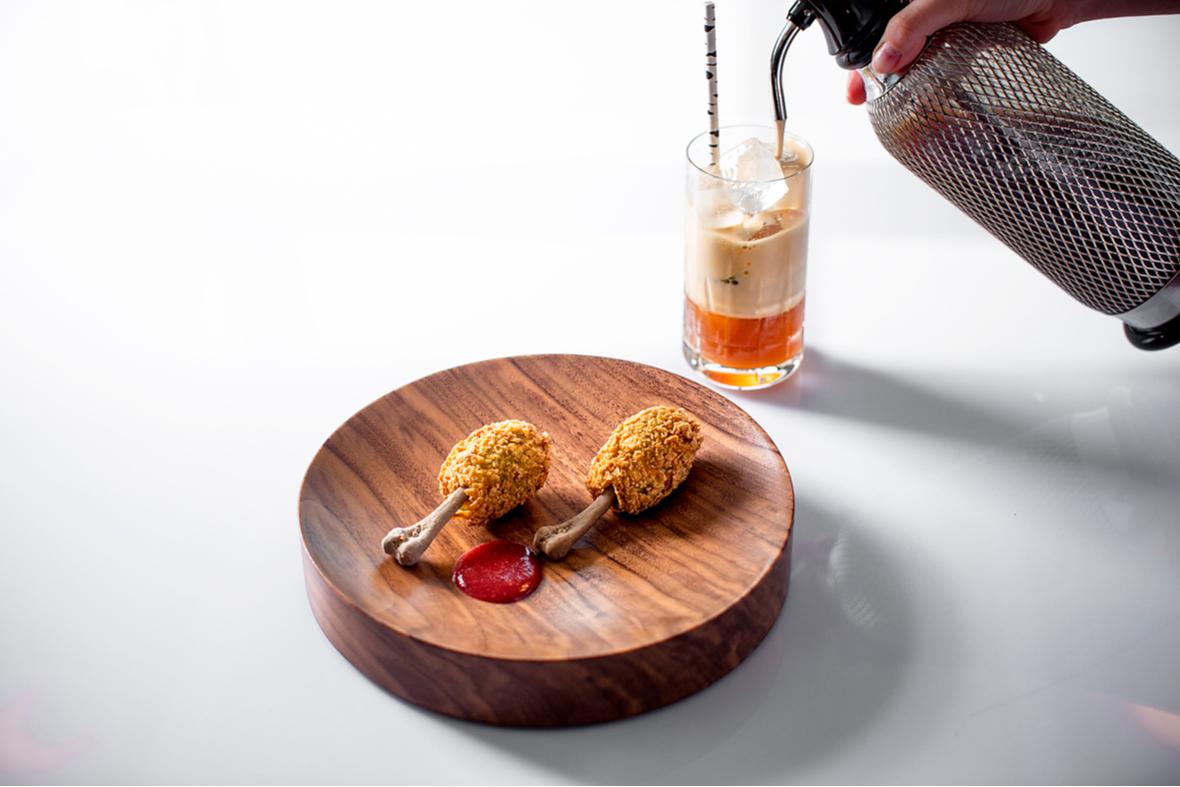 Обжаренные грибы со шпинатом, грибным паштетом и соусом из слив