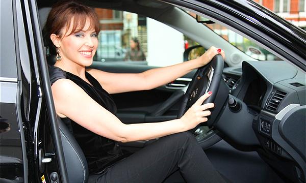 10 звезд, которые заставляют покупать автомобили