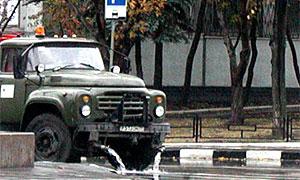 Теплая погода вернула в Москву поливальные машины