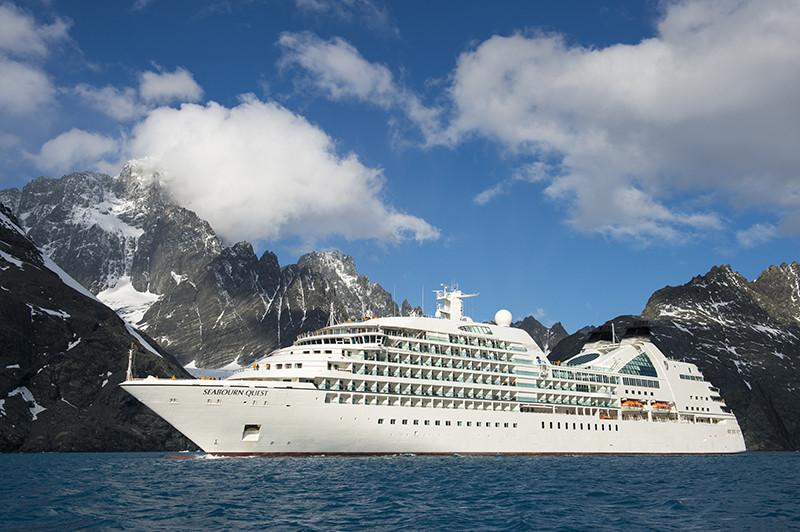 Круизный лайнер возле фьорда Дригальского