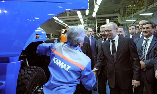 Путин поздравил КАМАЗ с выпуском 2 млн грузовиков