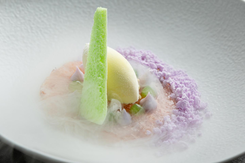 Жареный ананас с мороженым карри из Мадраса и фиолетовой карамелью