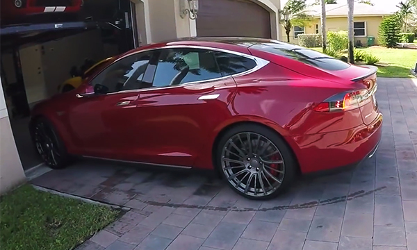 Tesla научила электрокары самостоятельно выезжать из гаража с помощью «умных» часов